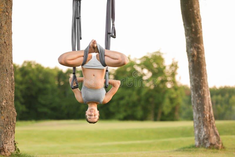 Download Jonge Vrouw Die Luchtyoga Op Boom Uitoefenen Stock Afbeelding - Afbeelding bestaande uit park, doek: 107703507