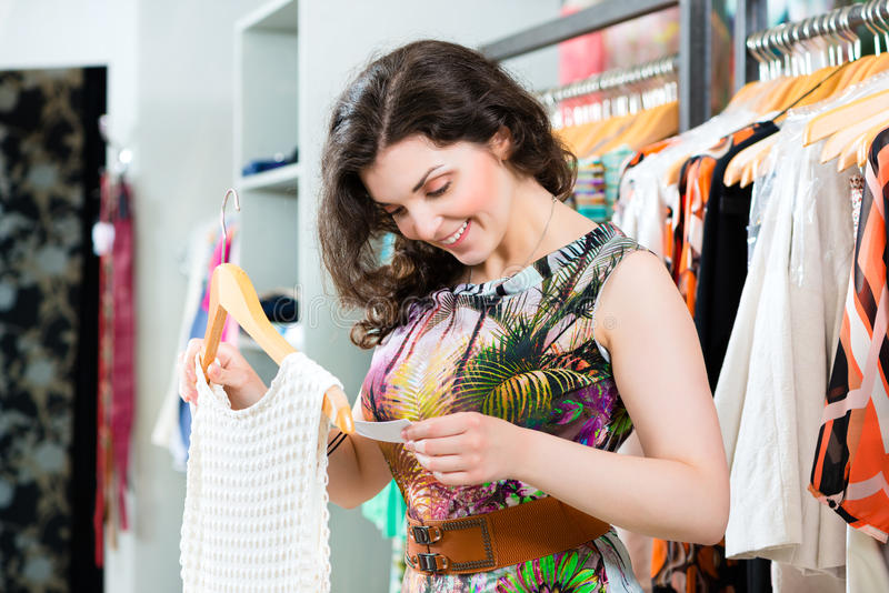 Jonge vrouw die in manierwarenhuis winkelen stock foto's