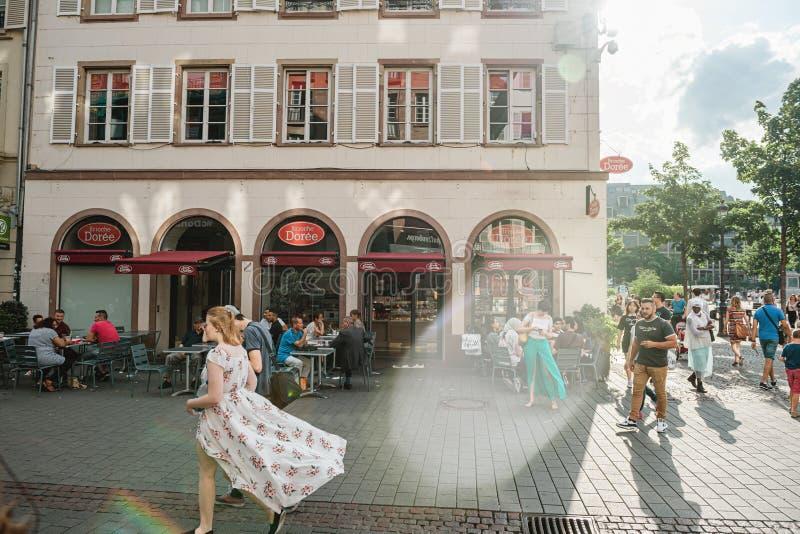 Jonge vrouw die met golvende bloemenkleding op straat lopen royalty-vrije stock foto's