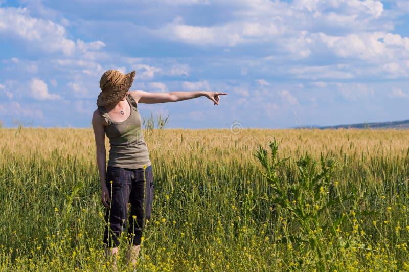 Jonge vrouw die met hoed van de aard genieten Berichtconcept stock afbeeldingen