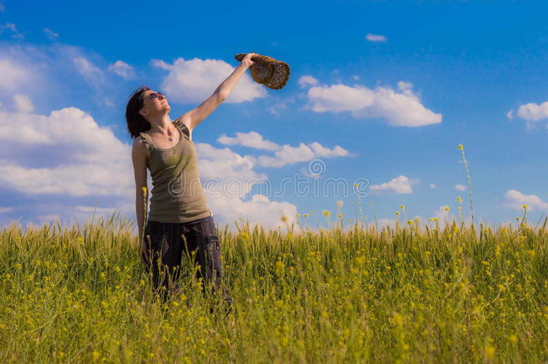 Jonge vrouw die met hoed van de aard genieten Het concept van de vrijheid stock fotografie