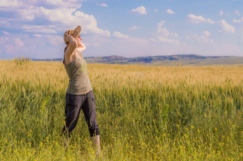 Jonge vrouw die met hoed van de aard genieten Het concept van de vrijheid royalty-vrije stock afbeelding