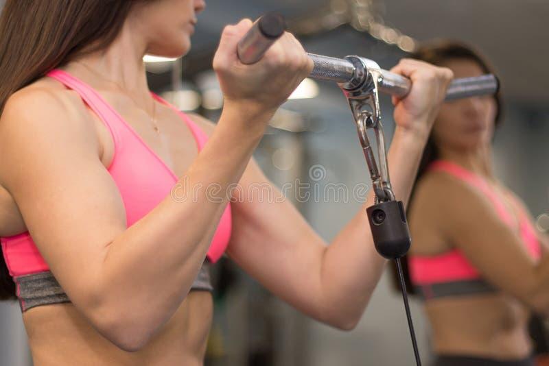 Jonge vrouw die met mooie vlotte huid in een gymnastiek door de spiegel uitwerken royalty-vrije stock afbeeldingen