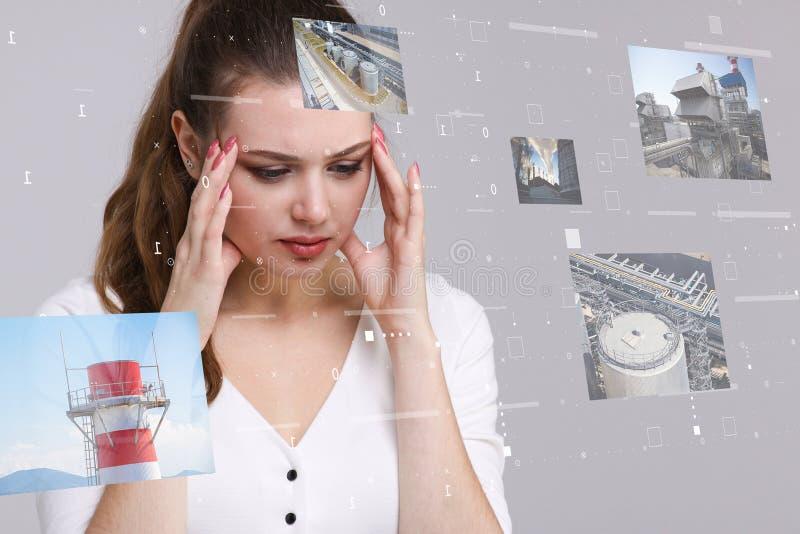 Jonge vrouw die met virtuele interface werken Ingenieur-technoloog stock foto