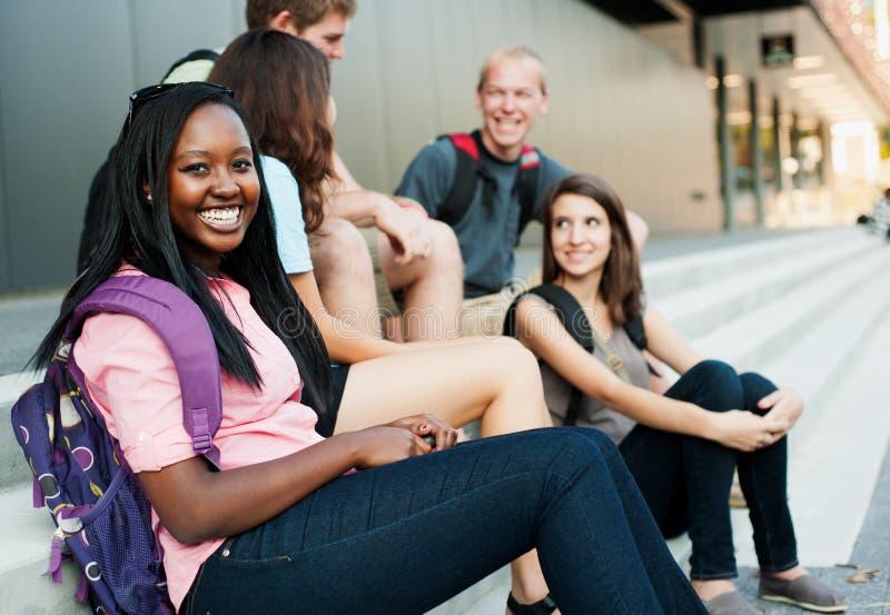 Jonge vrouw die met vrienden glimlacht royalty-vrije stock foto