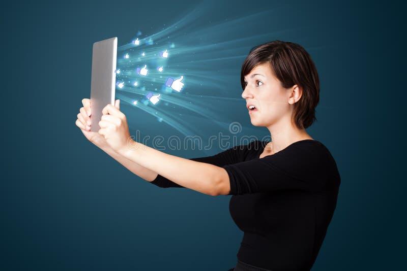 Download Jonge Vrouw Die Moderne Tablet Bekijken Stock Foto - Afbeelding bestaande uit apparaat, netwerk: 39100804