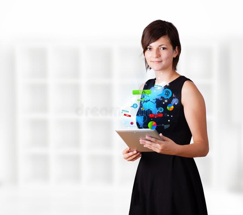Jonge vrouw die moderne tablet met kleurrijke technologie i bekijken royalty-vrije stock afbeelding