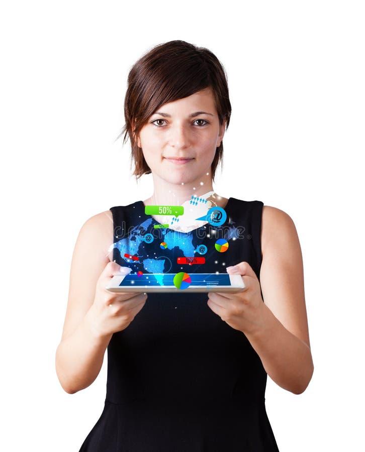 Jonge vrouw die moderne tablet met kleurrijke technologie i bekijken royalty-vrije stock afbeeldingen