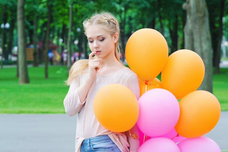 Jonge vrouw die musingly kijken royalty-vrije stock afbeelding
