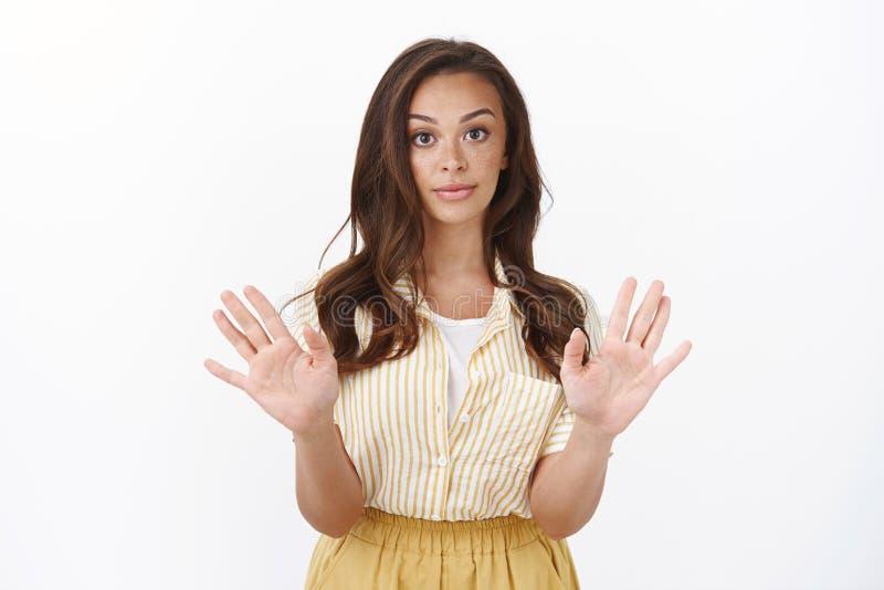 Jonge vrouw die nee zegt, houdt niet van aanbod Aantrekkelijke, stijlvolle vrouwen nemen de handen in de maling en maken sceptisc royalty-vrije stock foto's