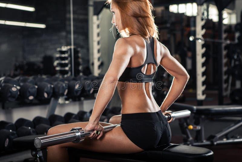 Jonge vrouw die oefening maken bij de gymnastiek royalty-vrije stock afbeelding