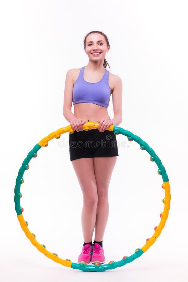 Jonge vrouw die oefeningen met hoepel doen stock foto's