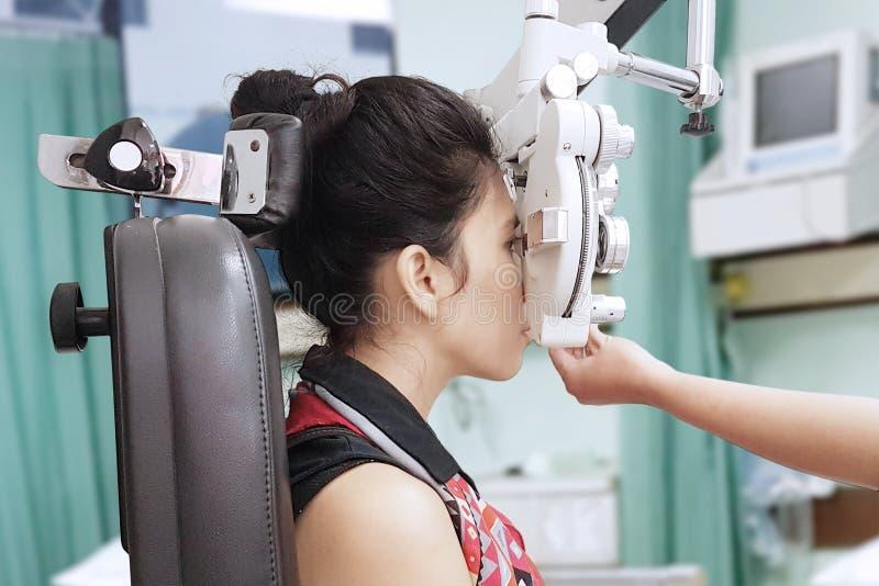 Jonge vrouw die ogentest in het ziekenhuis doen royalty-vrije stock afbeelding