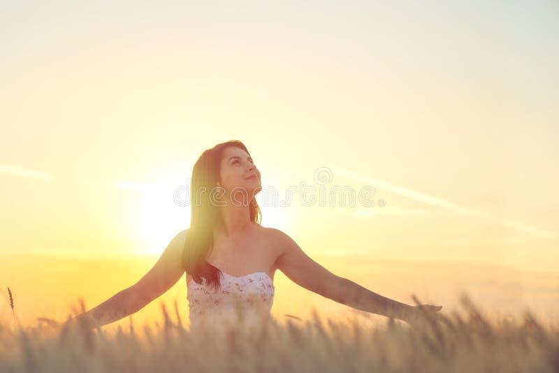 Jonge vrouw die omhoog in de hemel kijkt royalty-vrije stock afbeeldingen