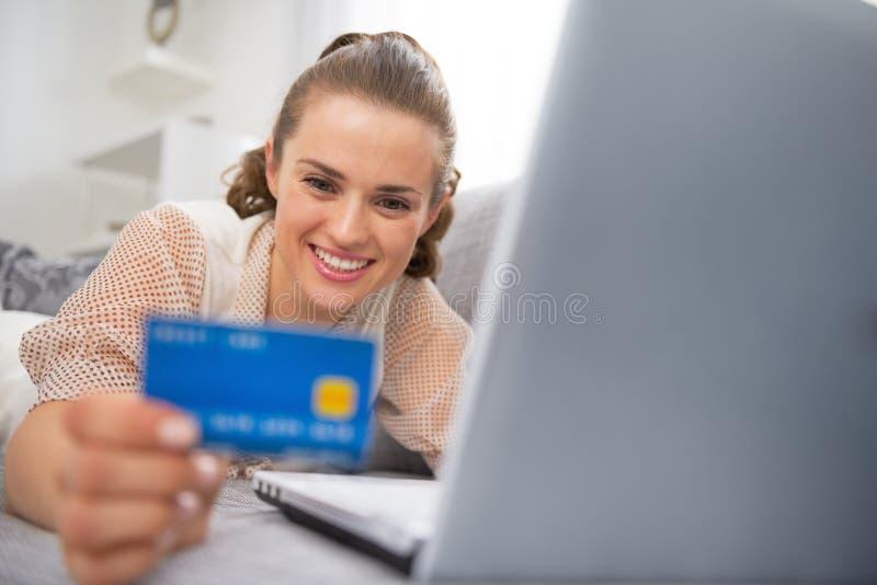 Jonge vrouw die online het winkelen maakt stock foto's
