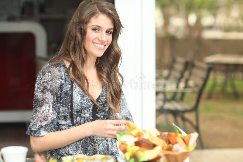 Jonge vrouw die ontbijt heeft buiten stock foto's