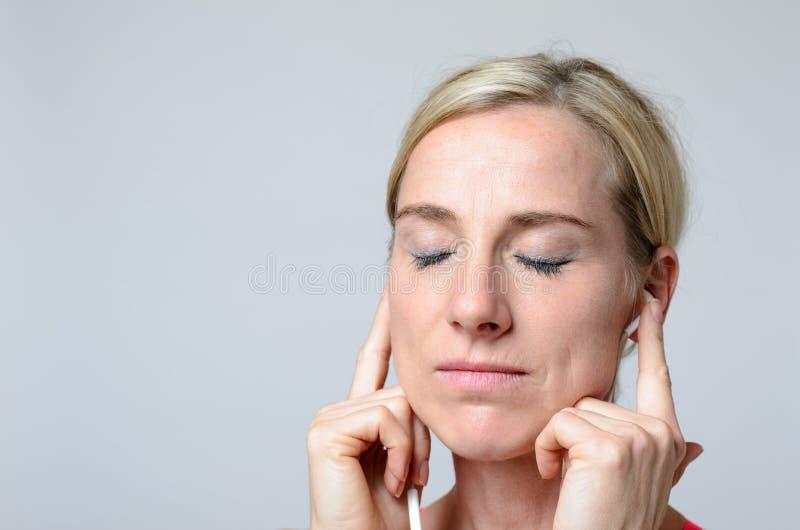 Jonge vrouw die oortelefoons dragen royalty-vrije stock foto's