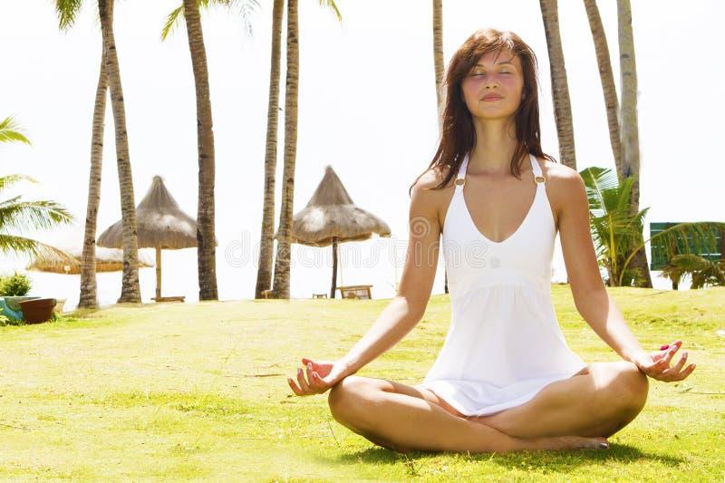 Jonge vrouw die op aard mediteren royalty-vrije stock afbeeldingen