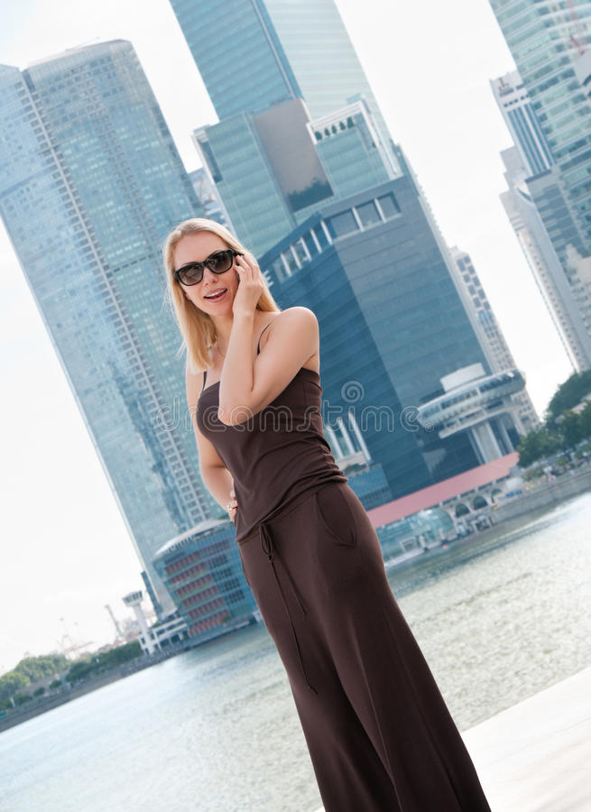 Jonge vrouw die op de telefoon in Singapore spreekt stock foto's