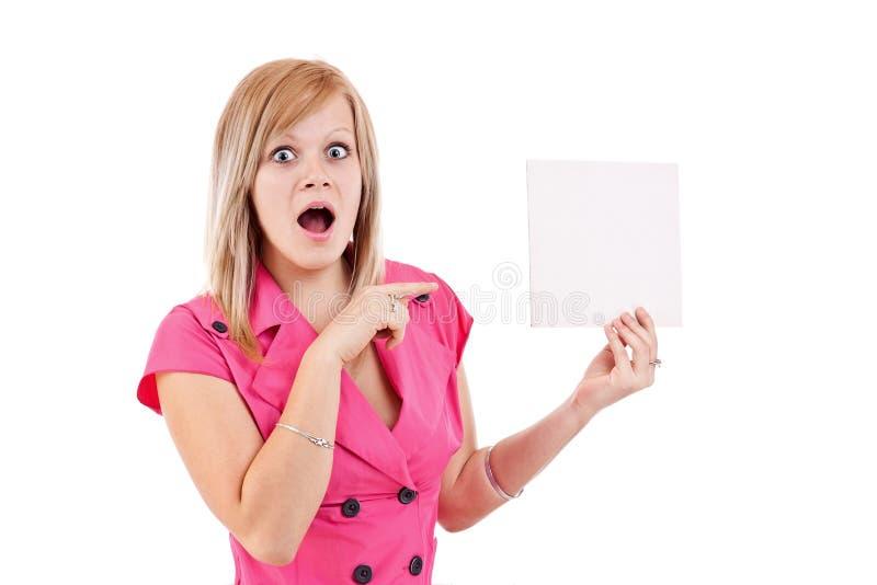 Jonge vrouw die op een lege kaart richt stock afbeeldingen