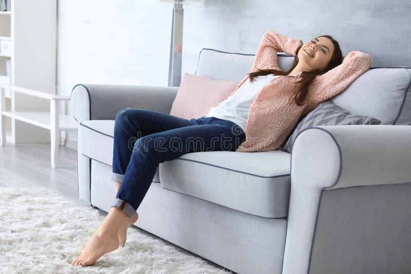 Jonge Vrouw die op Laag rust royalty-vrije stock afbeeldingen