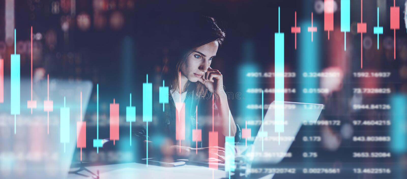Jonge vrouw die op nacht modern kantoor werken Technische prijsgrafiek en indicator, rode en groene kandelaargrafiek en stock fotografie