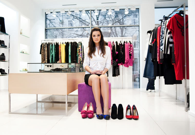Jonge vrouw die op schoenen probeert royalty-vrije stock afbeeldingen