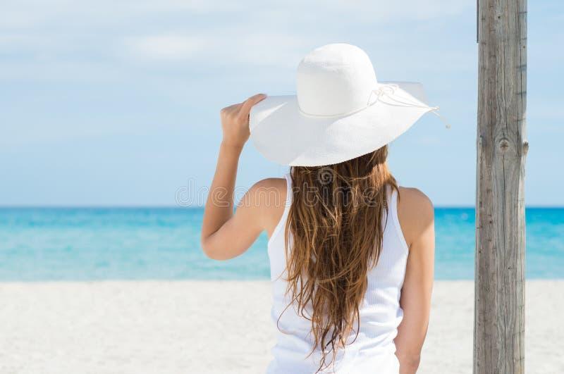 Jonge Vrouw die Op zee kijken stock foto