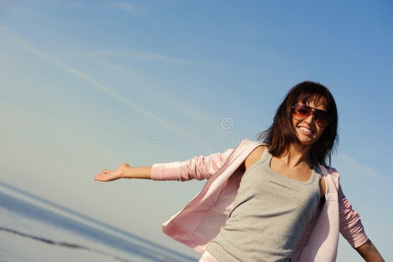 Jonge vrouw die in openlucht ontspant royalty-vrije stock fotografie