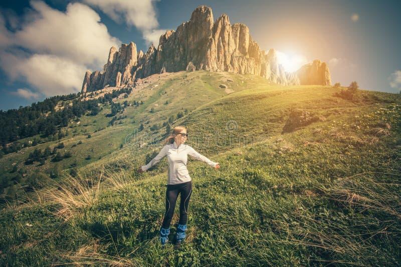 Jonge Vrouw die openluchtreislevensstijl ontspannen royalty-vrije stock afbeeldingen