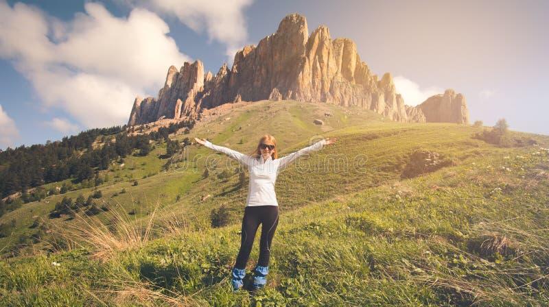 Jonge Vrouw die openluchtreislevensstijl ontspannen royalty-vrije stock foto