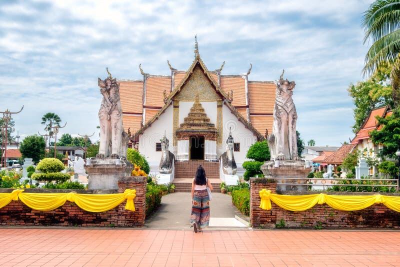 Jonge vrouw die in Oude tempel lopen royalty-vrije stock foto's