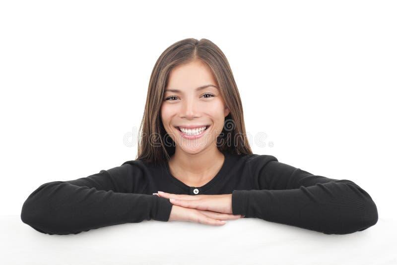 Jonge vrouw die over aanplakbordbanner leunt royalty-vrije stock afbeeldingen