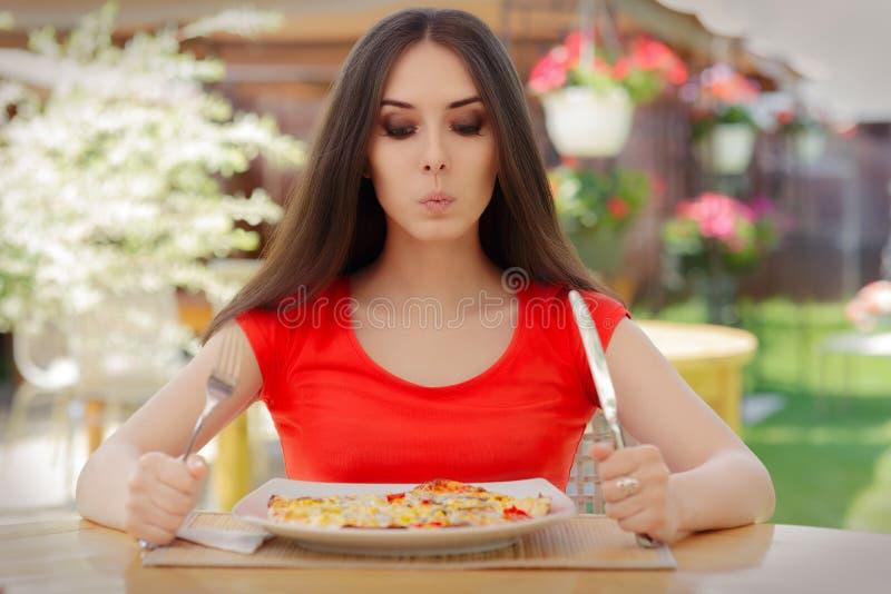 Jonge Vrouw die over het Eten van Pizza op een Dieet denken royalty-vrije stock fotografie