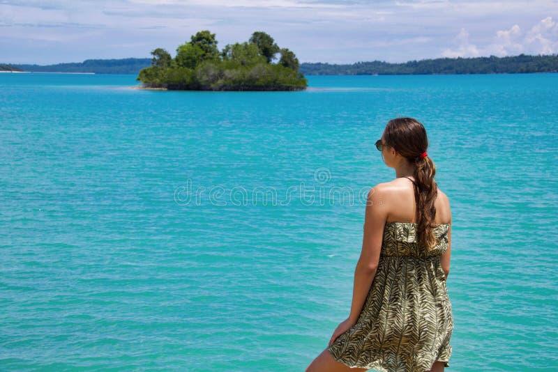 Jonge vrouw die panorama van turkooise overzees bekijken royalty-vrije stock foto's