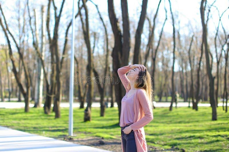 Download Jonge Vrouw Die In Park En Ademhalings Verse Lucht Rusten Stock Afbeelding - Afbeelding bestaande uit emoties, rust: 114227787