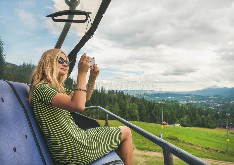 Jonge vrouw die photoes op kabelwagen, Polen maken royalty-vrije stock foto