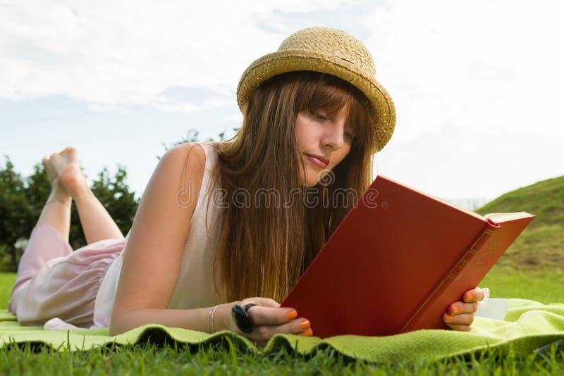 Jonge vrouw die picknic in park hebben stock foto's