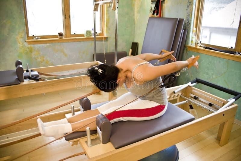 Jonge vrouw die Pilates doet royalty-vrije stock afbeelding