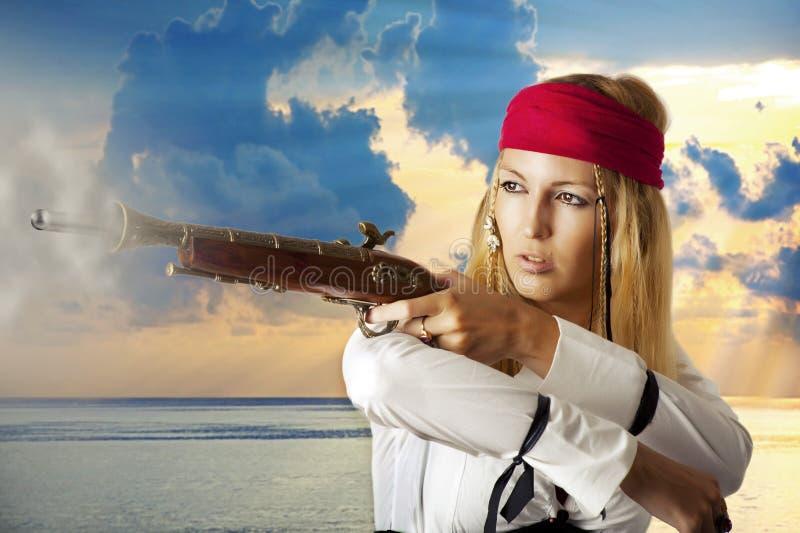 Jonge vrouw die pirat ontspruit stock foto