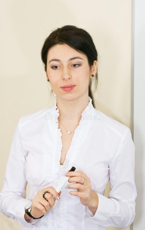 Jonge vrouw die presentatie maakt royalty-vrije stock fotografie