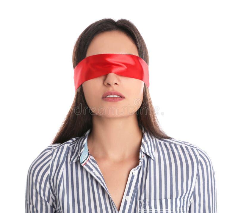 Jonge vrouw die rode blinddoek op wit dragen stock foto's
