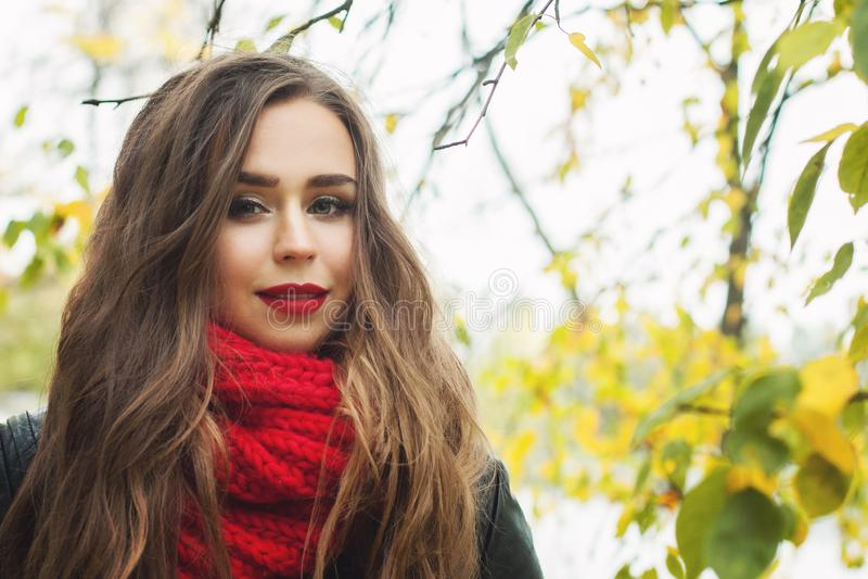 Jonge vrouw die rode wollen sjaal dragen openlucht stock foto's