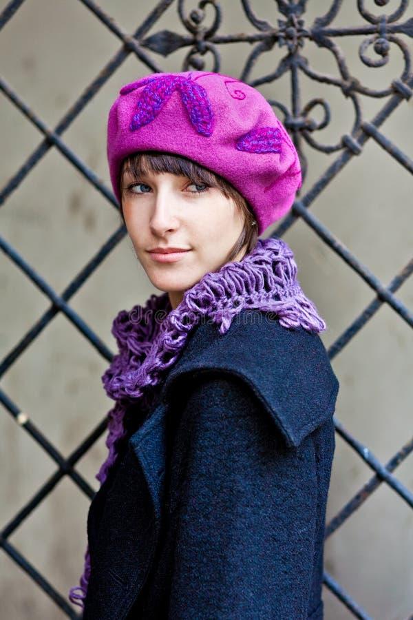 Jonge vrouw die roze baret draagt royalty-vrije stock foto