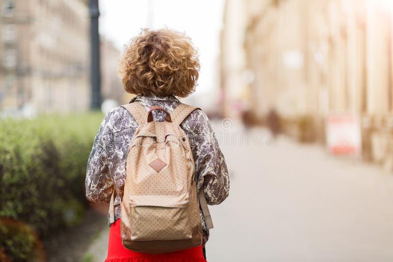 Jonge vrouw die rugzak dragen royalty-vrije stock fotografie