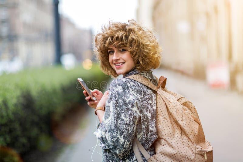 Jonge vrouw die rugzak dragen royalty-vrije stock afbeelding
