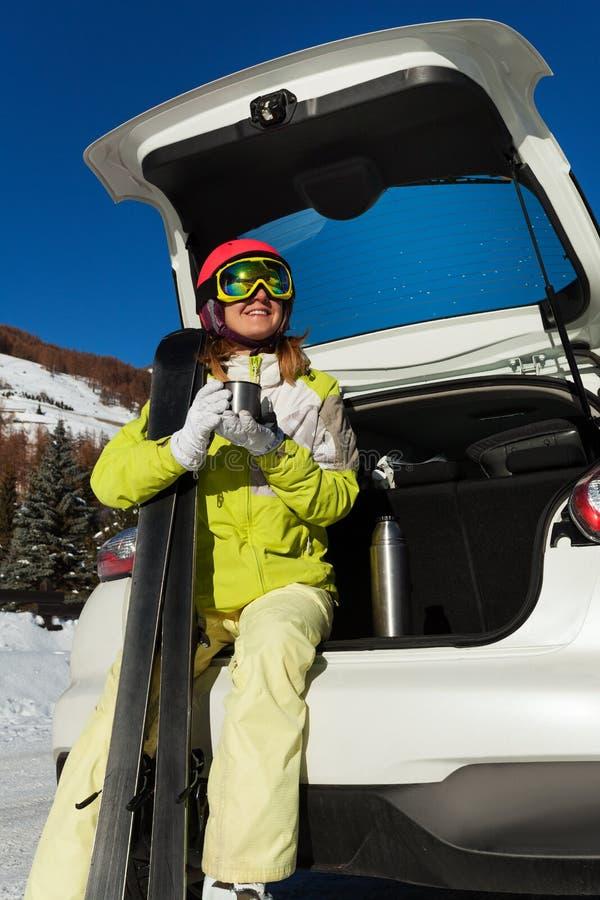 Jonge vrouw die rust na het ski?en hebben, drinkend thee royalty-vrije stock fotografie
