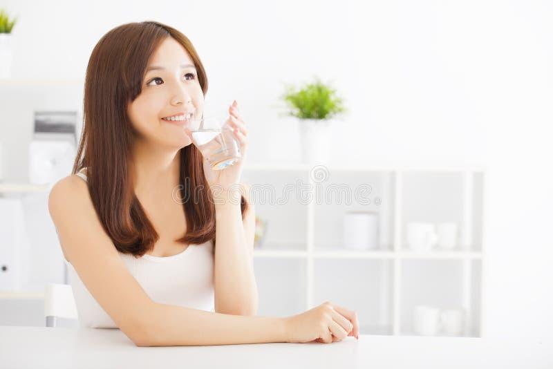 Jonge vrouw die schoon water drinken royalty-vrije stock afbeelding