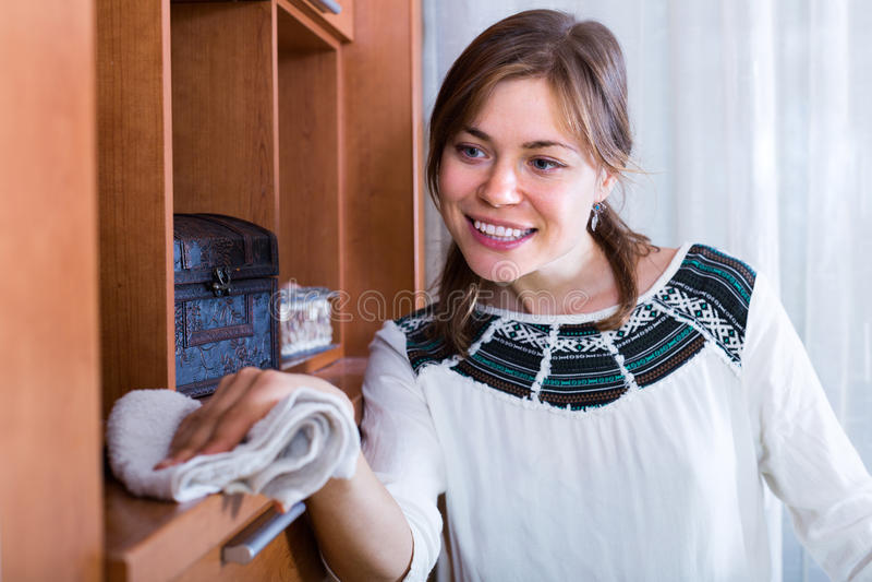 Jonge vrouw die schoonmaak doen royalty-vrije stock afbeeldingen