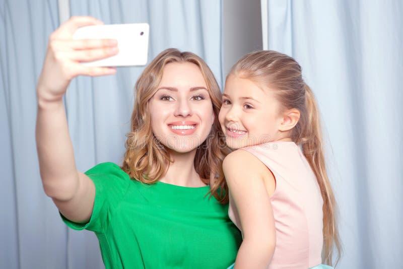 Jonge vrouw die selfie in een montageruimte maken royalty-vrije stock afbeeldingen